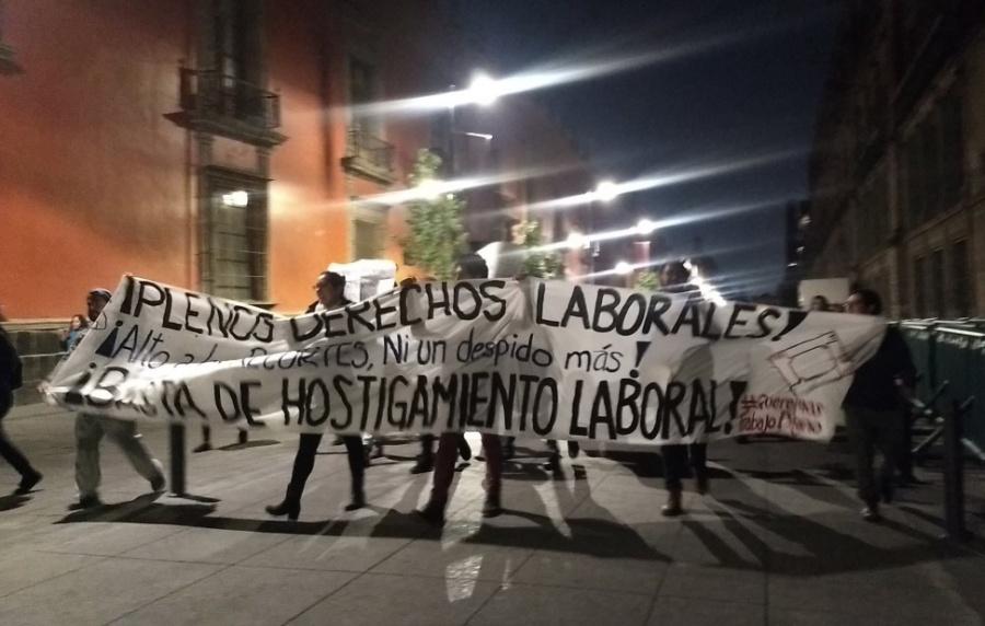 Trabajadores del DIF protestan por recortes frente a Palacio Nacional