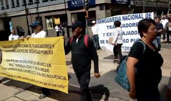 Policías jubilados bloquean calles del Zócalo capitalino