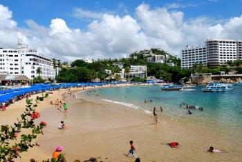 Toma precauciones, en playas de Acapulco nadan bacterias fecales