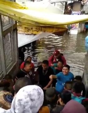 Cobran 5 pesos afuera del metro por 'cargarte' si no te quieres mojar