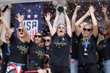 Al grito de 'paga igualitaria', equipo de fútbol femenino de EU es homenajeado en NY