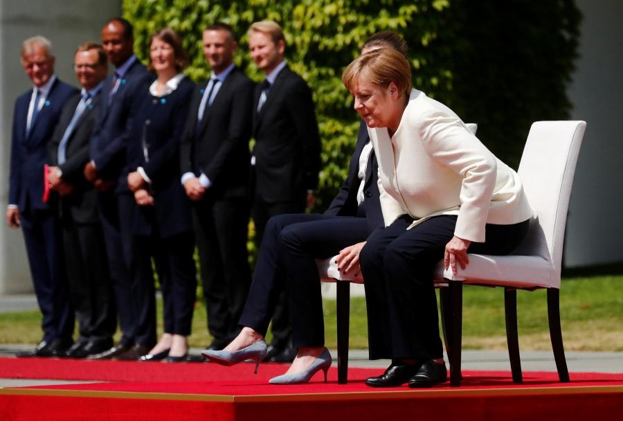 Angela Merkel rompe protocolo y se sienta tras episodios de temblores