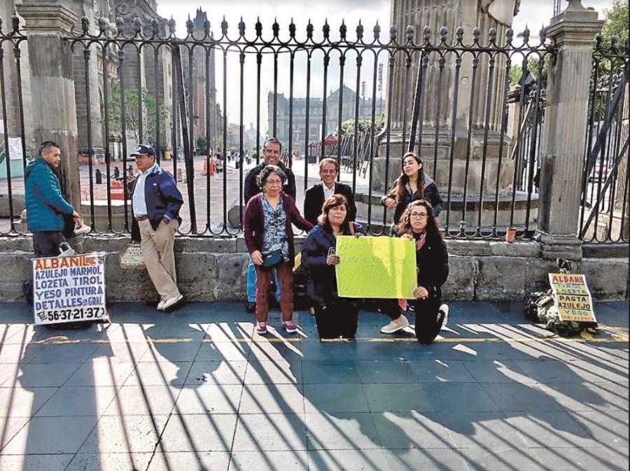 Reporteros de Notimex protestan en Catedral