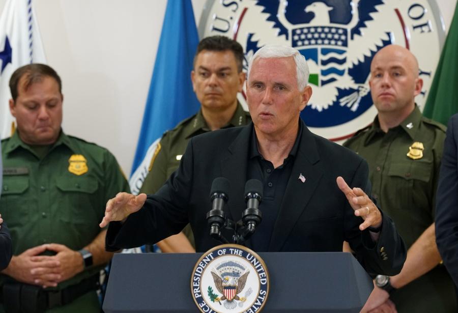 """""""Esto es duro"""": Mike Pence tras visita a centros de detención de migrantes"""