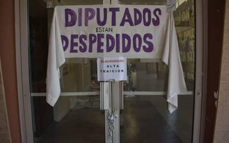 Toman Congreso de Baja California en protesta por ampliación de mandato