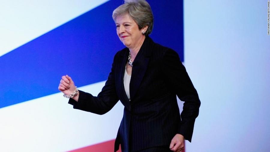 """VIDEO: Theresa May baila """"Dancing Queen"""" en sus últimos días como primera ministra"""