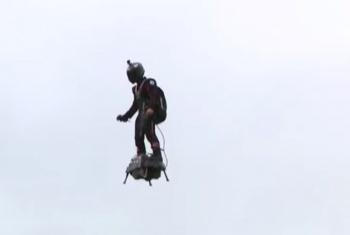 Campeón de jet-ski, sobrevuela calles de París