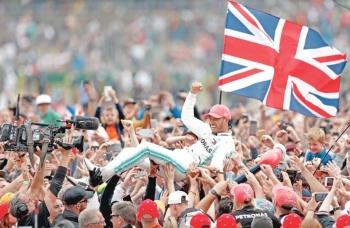 Sin rivales en pista, Lewis Hamilton gana en su casa