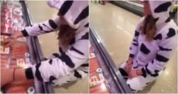 Mujer con disfraz de vaca protesta en el super contra maltrato animal