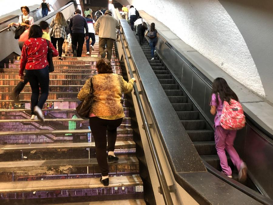 Caen Mujer e hija de escaleras eléctricas en Metro Balbuena