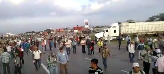 Agricultores bloquean carreteras en varios estados