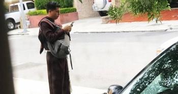 Un joven finge ser fraile para pedir dinero en las calles