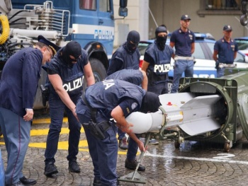 Policía italiana incauta misil y armas en redadas a neonazis