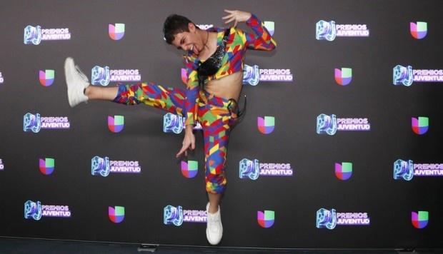 Sorprende Joaquín Bondoni en la alfombra de los Premios Juventud