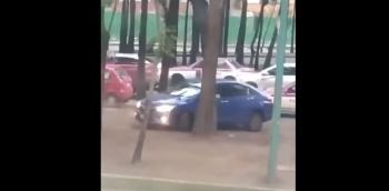 VIDEO: Automovilista maniobra y logra escapar de asaltantes en Iztapalapa