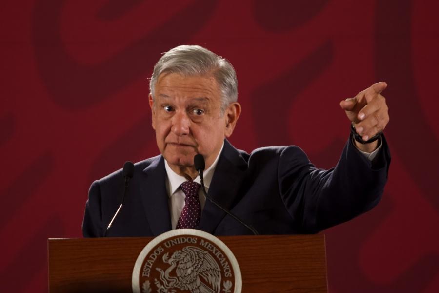 Denuncia López Obrador que un expresidente adeuda impuestos