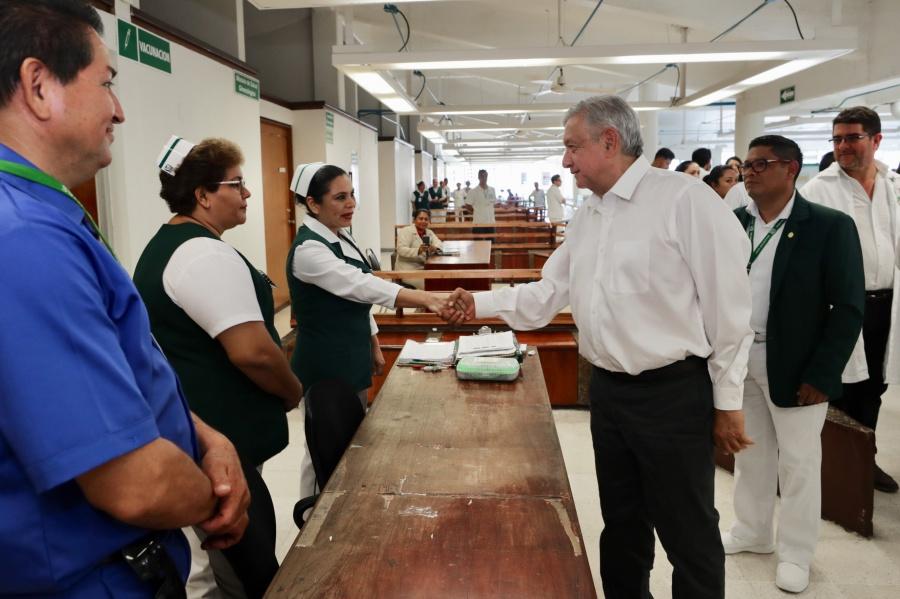 """Califica AMLO como una """"desgracia"""" la falta de médicos y equipo en hospitales del país"""