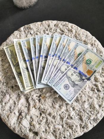 Devuelve policía más de mil dólares que encontró tirados en el AICM