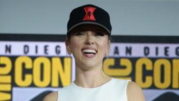 Scarlett Johansson está encantada de compartir el 'universo Marvel' con Salma Hayek y Angelina Jolie