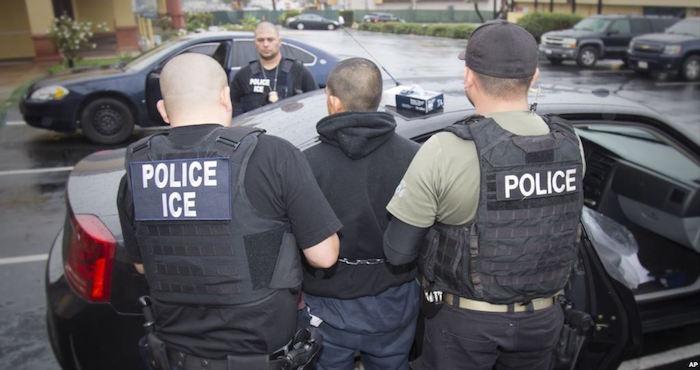 Agentes de migración de EU detienen a mexicano y lo maltratan frente a su familia