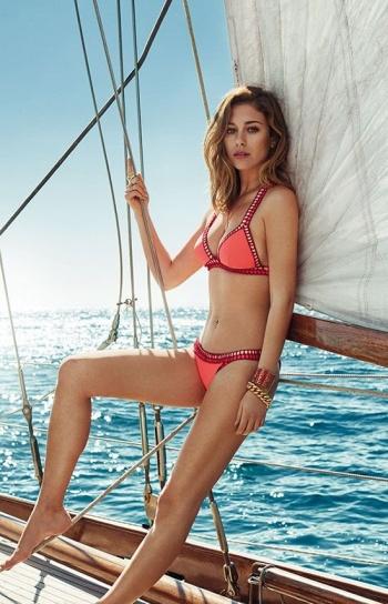 Blanca Suárez promociona sus bikinis como toda una profesional