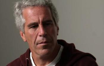 Vigilan a Jeffrey Epstein tras encontrarlo herido en su celda