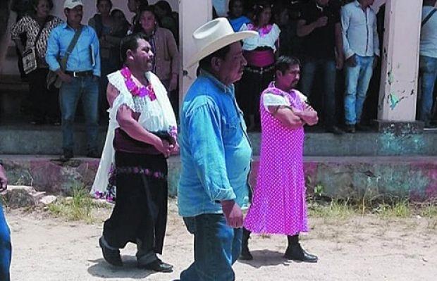 Retienen y visten de mujer a edil de Huixtán, Chiapas