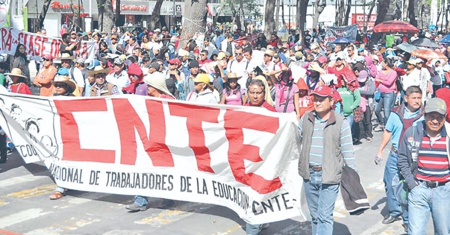 AMLO y CNTE evalúan avances de las mesas de negociación