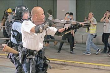 China exhibe arsenal para frenar protestas en Hong Kong