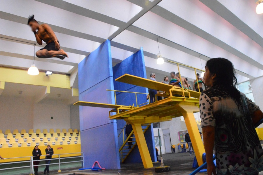 Brindan clases de natación a jóvenes delincuentes