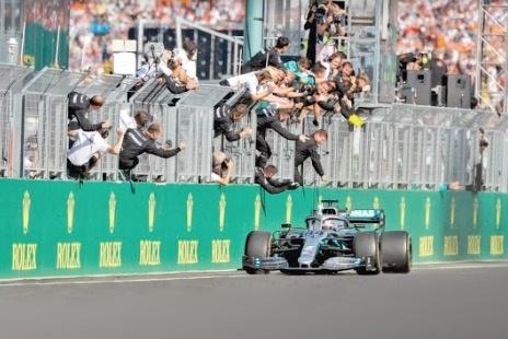 Hamilton rebasa a Red Bull en la recta final en Hungría
