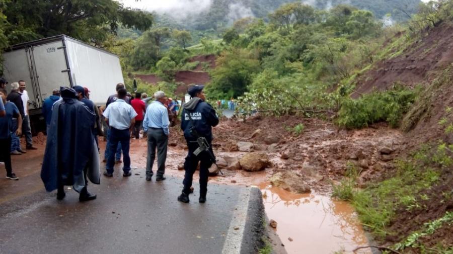 Lluvias en Michoacán, ocasionan deslave en carretera Temazcal-Tzitzio
