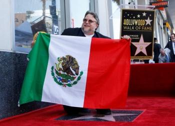 Guillermo del Toro devela su estrella en el Paseo de la Fama de Hollywood