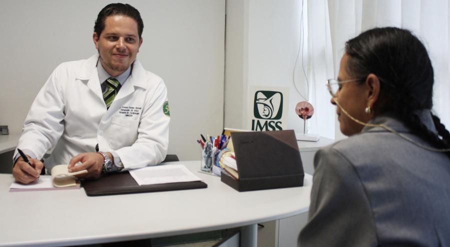 Anuncian programa para contratar médicos