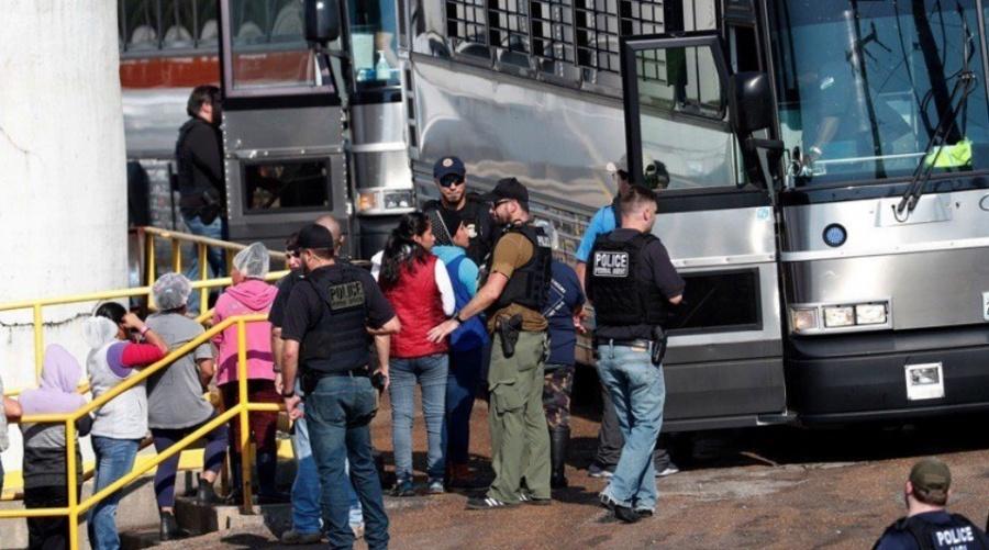 En mega redada, arrestan a 680 inmigrantes en Misisipi