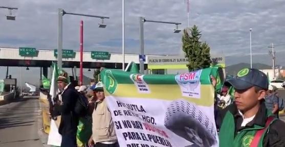 Campesinos bloquean casetas de cobro rumbo a la CDMX