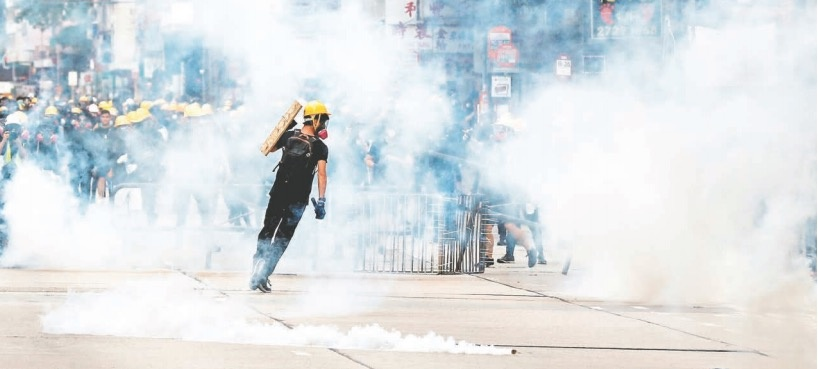 """Hongkoneses dan pelea a Policía con """"retiradas falsas"""""""