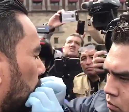 Sujeto se manifiesta cosiéndose los labios frente a Palacio Nacional