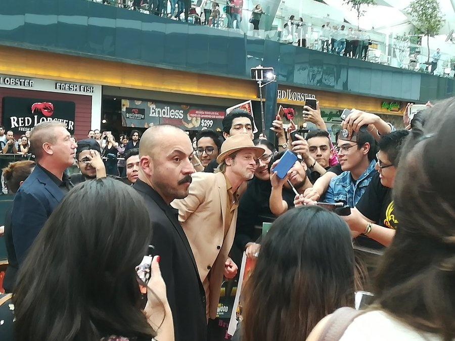 Brad Pitt le hace la tarde a sus fans en México