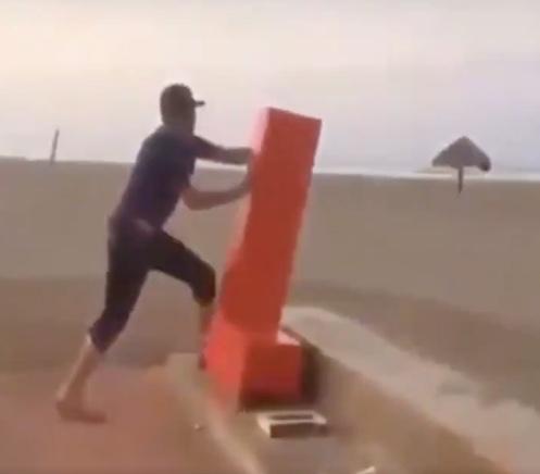 Cártel de Sinaloa castiga a golpes a joven que arrancó decoración en playa de Guasave