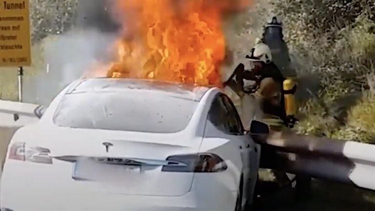 Auto eléctrico de Tesla se incendia tras chocar con una grúa en Moscú