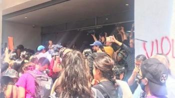 Mujeres protestan por agresiones sexuales y rompen la puerta de la PGJ