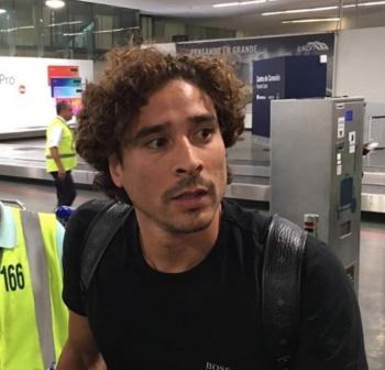 Americanistas reciben a Guillermo Ochoa en el aeropuerto