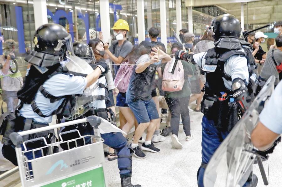 "China cerca a hongkoneses con tanques ""para apagar la violencia"""