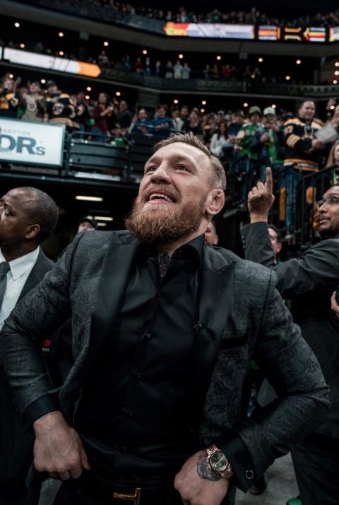 Conor McGregor golpea a anciano por negarse a tomar su whisky