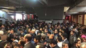 Usuarios reportan caos en la Línea 7 del Metro por retraso de trenes