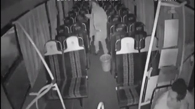 """""""¡Ay, señora, no manche!"""": Chofer de autobús se lleva el susto de su vida (VIDEO)"""