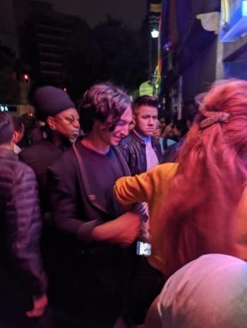 Captan a Ezra Miller bailando reggaetón en antro de la CDMX