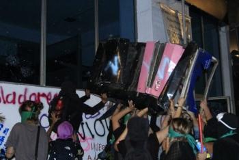 Manifestantes en marcha de mujeres vandalizan, agreden a medios y noquean a comunicador