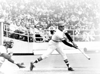 MLB recuerda a Roberto Clemente, primer latino en el salón de la fama